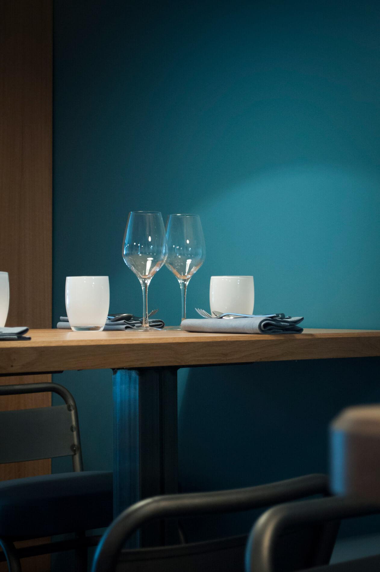 Simplicité et bleu palombe chez Pottoka, le restaurant parisien de Sébastien Gravé