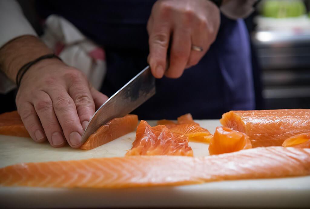 Pottoka, le restaurant parisien de Sébastien Gravé : préparation du saumon de la Maison Duplessis